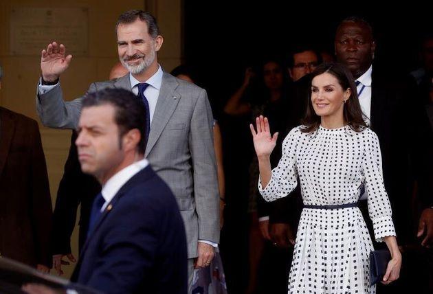 Los reyes de España, Felipe VI y Letizia, tras la visita realizada al Museo de Bellas Artes en...