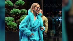 Céline Dion ose le total look turquoise en matière