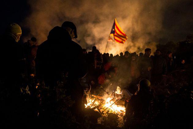 Independentistas cortan con barricadas la AP7 de