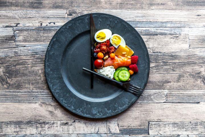 No jejum intermitente, a ideia é restringir o tempo para as refeições.