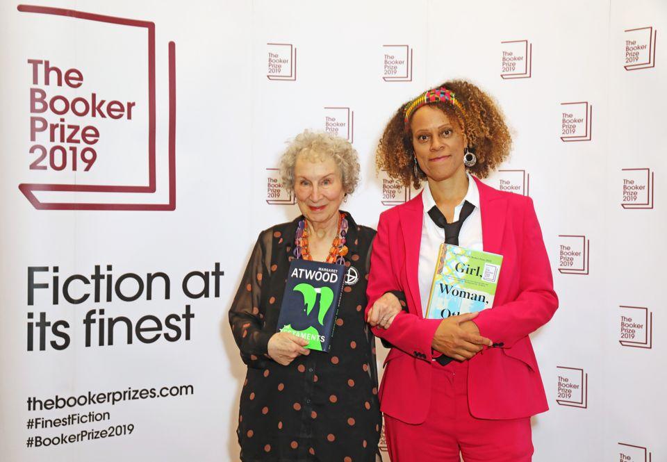 Margaret Atwood e Bernardine Evaristo durante prêmio literário Booker Prize, em 14 de outubro...