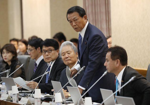 10月3日の財政制度等審議会であいさつする麻生太郎財務相(右から2人目)=財務省