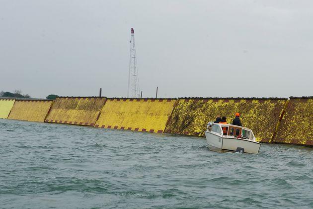 베니스의 리도 섬에서 기술자들이 모세 프로젝트의 수문을 시험 가동해보고