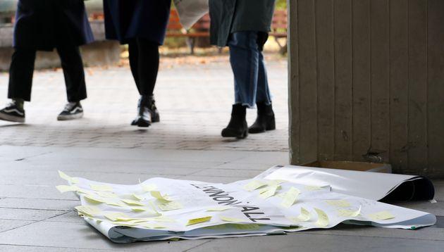 10일 오후 서울 관악구 중앙도서관 건물 한 벽면에 붙어있던 홍콩 시민을 응원하는 문구를 쓸 수 있는 '레넌벽'이 훼손된 채 방치되어