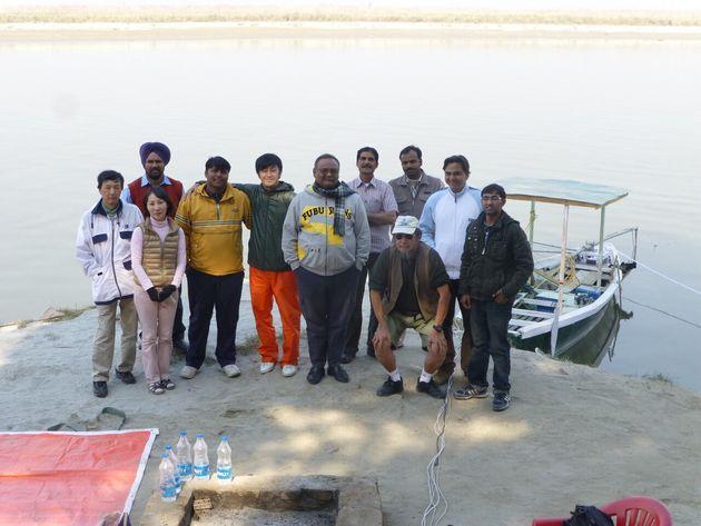 2012年11月 インドのガンジス川の流れるナローラにて(1番左が小島さん、その隣が杉松教授)