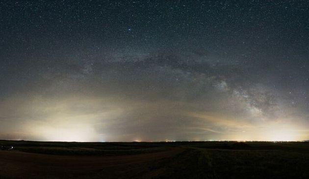 왼쪽은 와이오밍주 샤이엔, 오른쪽은 콜로라도주 포트 콜린스. 밝은 빛의 돔이