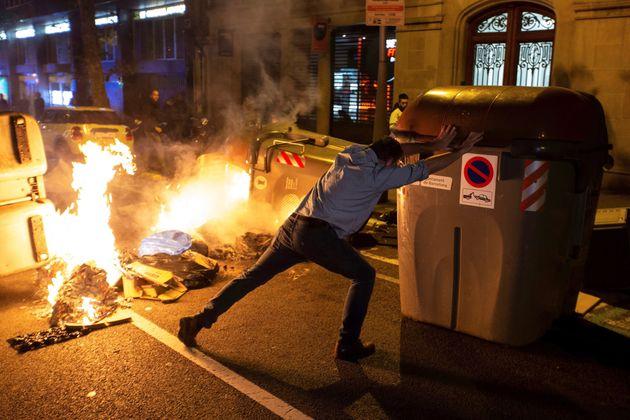 Nueva protesta de los CDR en Barcelona, tras convocar a través de las redes sociales a bloquear distintos...