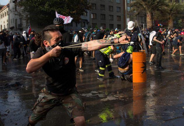 Manifestantes participan este jueves de las protestas durante la conmemoración del primer aniversario...