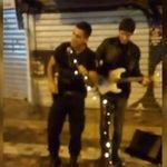 Βίντεο: Αστυνομικός παίρνει το μικρόφωνο και τραγουδά μαζί με πλανόδιο στο