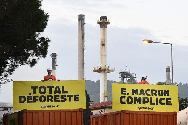 Des activistes de Greenpeace devant la raffinerie de La Mède, près de