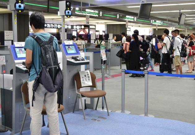 成田空港の出国審査で「自動化ゲート」を利用する旅行客=2013年