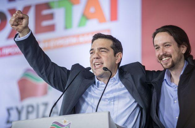 Alexis Tsipras y Pablo Iglesias, durante un acto de Syriza en Atenas, en enero de