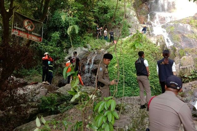 Des sauveteurs thaïlandais sur le site où a été retrouvé mort un touriste...