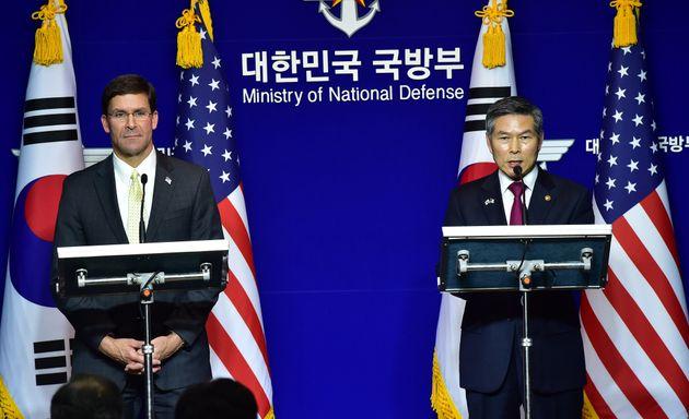 정경두 국방부 장관과 마크 에스퍼 미 국방부 장관이 15일 서울 용산구 국방부에서 제51차 한·미 안보협의회(SCM) 고위회담을 마친 뒤 공동 기자회견을 하고