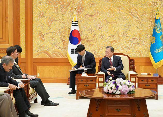 문재인 대통령이 15일 청와대에서 마크 에스퍼 미국 국방장관과 만나 대화하고