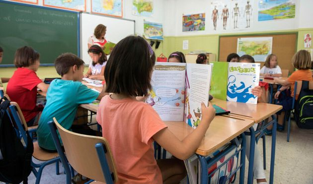 Niños leyendo en