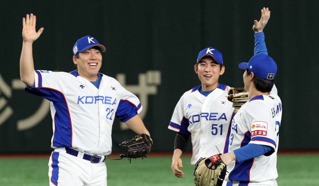 15일 오후(현지시간) 일본 도쿄돔에서 열린 2019 세계야구소프트볼연맹(WBSC) 프리미어12 슈퍼라운드 대한민국과 멕시코와의 경기에서 7대3으로 승리한 대한민국 선수들이 기뻐하고...