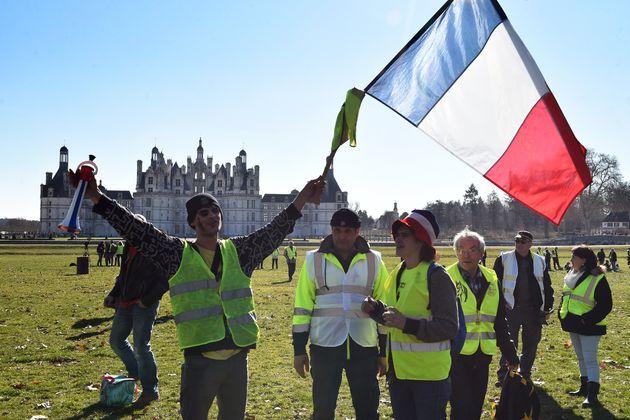 Des gilets jaunes rassemblés devant le château de Chambord, où Emmanuel Macron avait...