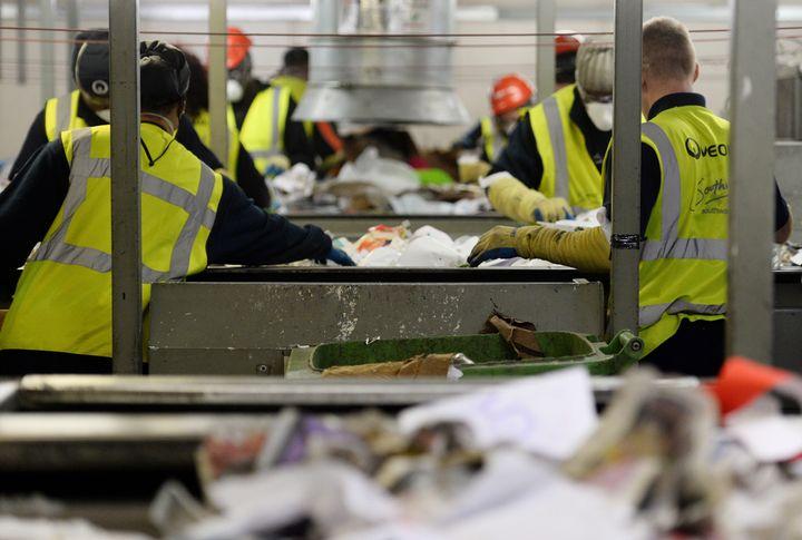 Εργαζόμενοι διαχωρίζουν τα υλικά για ανακύκλωση.