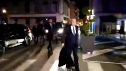 Critiqué pour son lancer de manteau, Bayrou répond