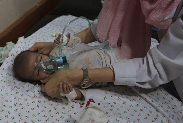 La pequeña Farah, atendida en el hospital tras perder a toda su familia en un bombardeo del jueves