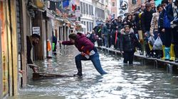 A Venezia, domenica torna l'allarme. Stop mutui per un anno, Brugnaro