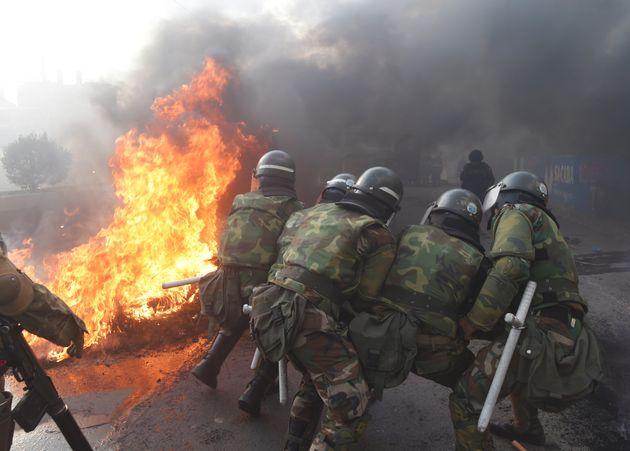 Polícia tenta derrubar barricada na periferia de Cochabamba. Bolivia, 15/11/