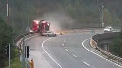 La imprudencia del vehículo gris acaba despeñando a este camión y matando a su