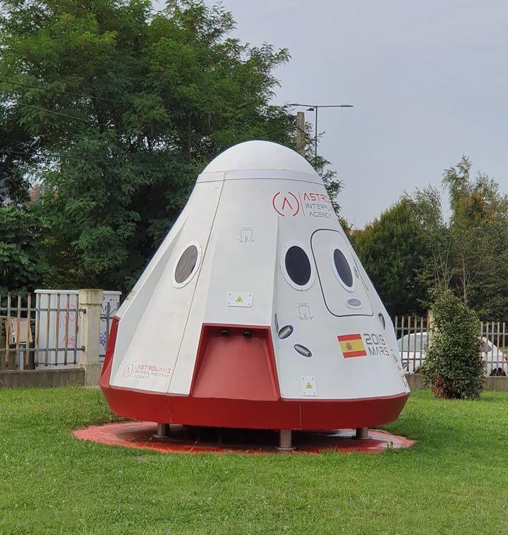 Un módulo espacial aparcado en la sede de Astroland (Santander)