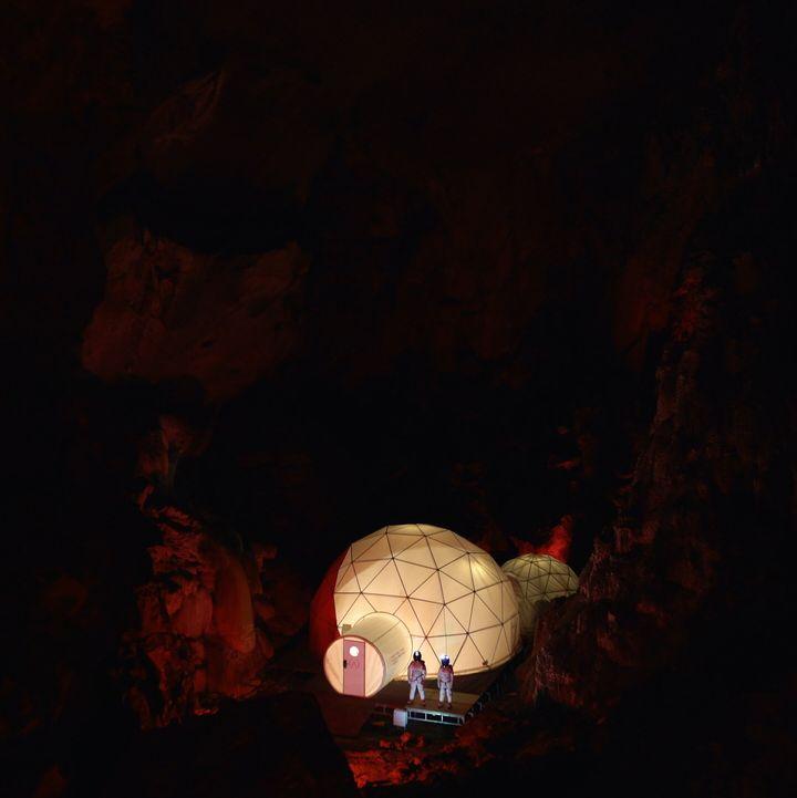 Vista de la Cúpula a lo lejos, en la inmensidad de la cueva.