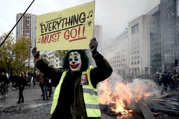 Un manifestant portant un masque du Joker à Paris lors de l'acter 53 des gilets jaunes samedi...