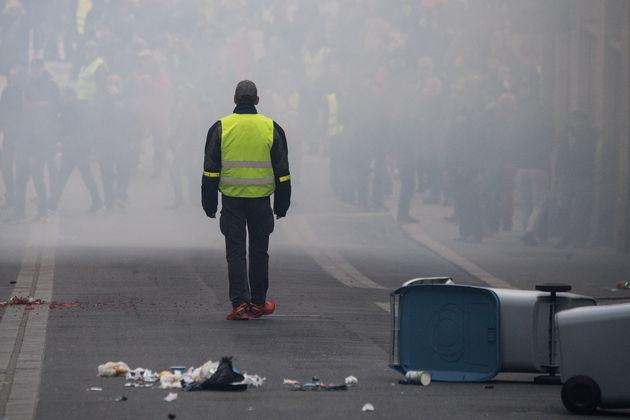 Un manifestant en gilet jaune dans un nuage de gaz lacrymogènes à Nantes, ce samedi 16