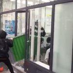 Des policiers pourchassés par des manifestants se retrouvent acculés dans une