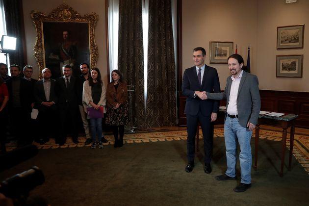 Pedro Sánchez y Pablo Iglesias se estrechan la mano tras la firma del preacuerdo para formar