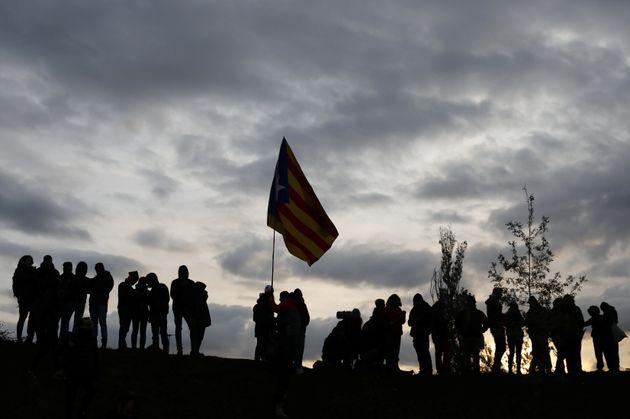 Manifestantes independentistas catalanes durante un corte de la