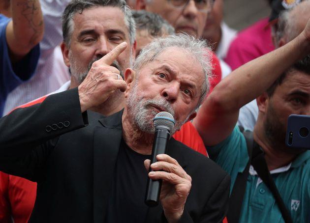 Lula em discurso após ser solto no início deste