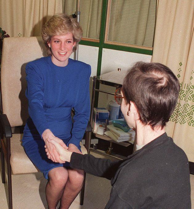エイズ患者と握手をする故ダイアナ妃。手袋を外すことで「触ることで感染する」という、社会の誤解と偏見に挑んだ。1987年4月19日撮影