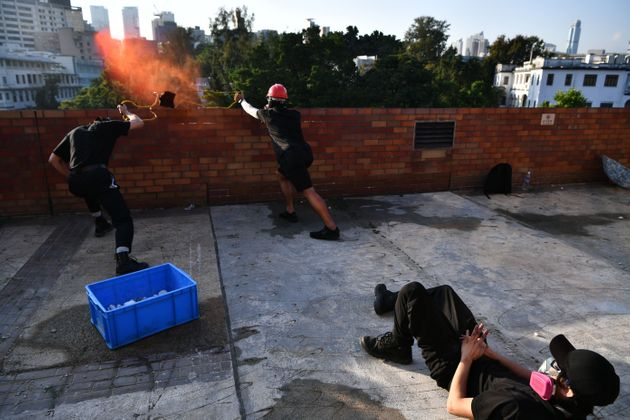 17일 홍콩 이공대에서 시위대가 새총을 이용해 벽돌을 던지고