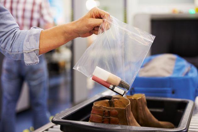 In aeroporto, i liquidi (oltre i 100 ml) e i pc tornano nel bagaglio a