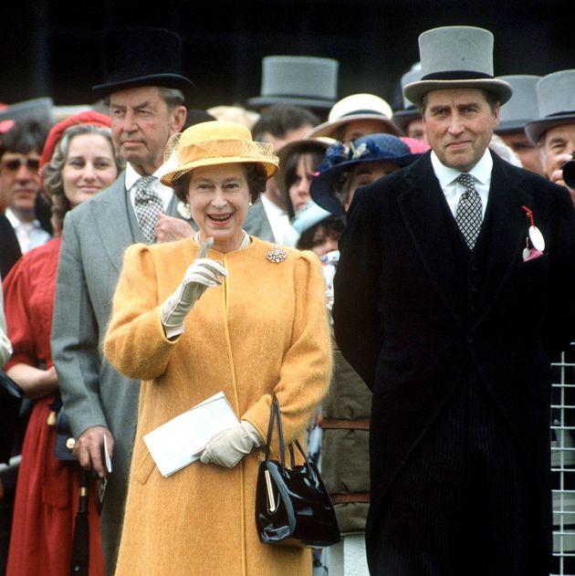 La regina Elisabetta ha tradito Filippo? I rumors imbarazzano Buckingham