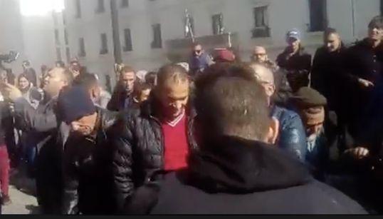 Sit in de protestation devant le bureau de campagne de Abdelkader Bengrina à