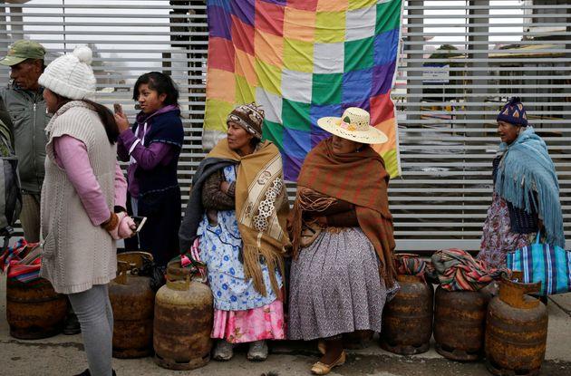Pessoas esperam na fila para buscar gás em La