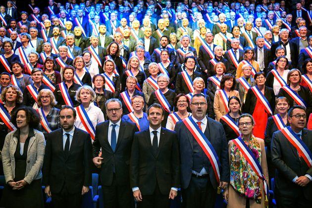À quatre mois des municipales, Emmanuel Macron et la majorité veulent choyer les maires...