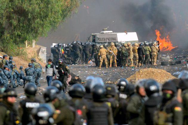 Polícia e soldados de choque da Bolívia encontram apoiadores do ex-presidente da Bolívia...