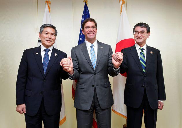한국과 미국, 일본 국방장관이 태국 방콕 아바니 리버사이드 호텔에서 회담을 마친 뒤 포즈를 취하고 있다. 2019년