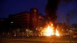 Incendie devant l'université bastion des manifestants à Hong Kong, la police durcit le