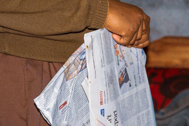 トイレットペーパーがないため古新聞を揉んで柔らかくして使用している