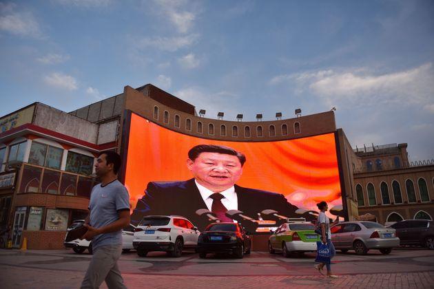 지난 6월 4일 신장 위구르 자치구의 카스가얼의 한 대형 스크린에 시진핑 주석의 모습이 방송되고
