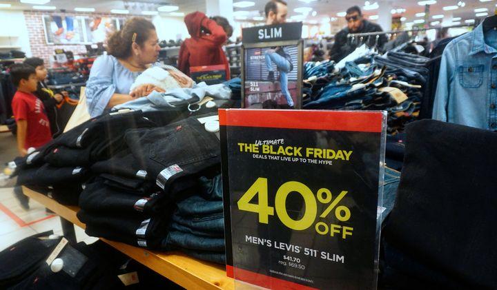 ブラックフライデーのセールで買い物をする人々 2018年11月23日撮影 カリフォルニア州
