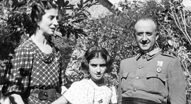 Francisco Franco, su mujer, Carmen Polo y su hija